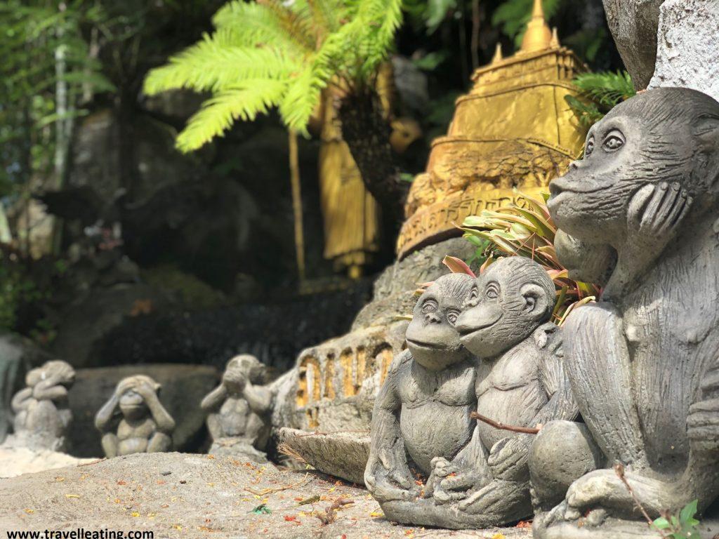 A la derecha, en primer plano, vemos tres figuras de monos y a la izquierda al fondo, vemos tres figuritas más pero esta vez de los tres monos populares que uno se tapa la boca, el otro los ojos y el otro las orejas.