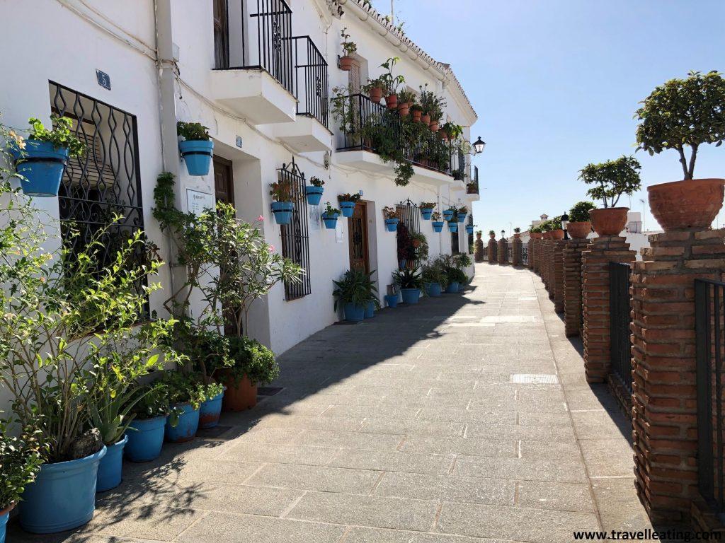 Una de las calles más populares de Mijas por sus fachadas blancas repletas de macetas azules. Sin duda otro de los pueblos más bonitos de Andalucía.