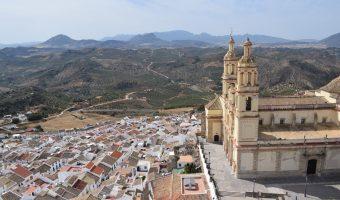 Impresionantes vistas del pueblo de Olvera coronado por su imponente iglesia y rodeado de campos de olivos y montañas. Sin duda se trata de uno de los pueblos más bonitos de Andalucía.