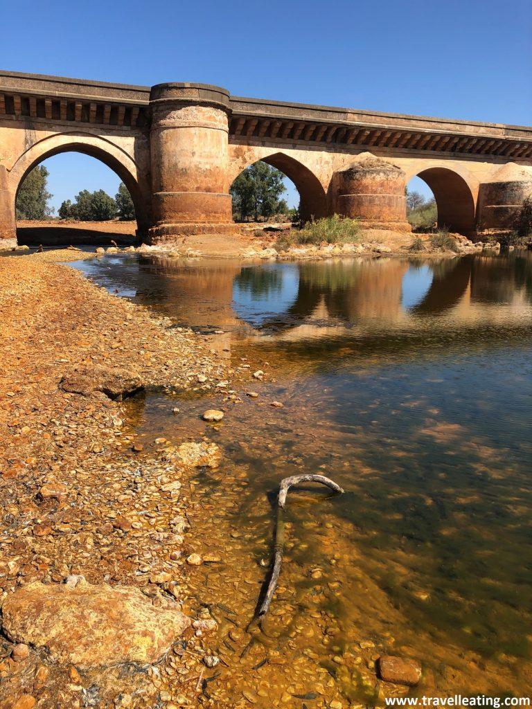 Precioso puente romano cruzando el Río Tinto, un río muy peculiar con coloraciones rojizas. Es otro de los lugares imprescindibles que ver en Andalucía.