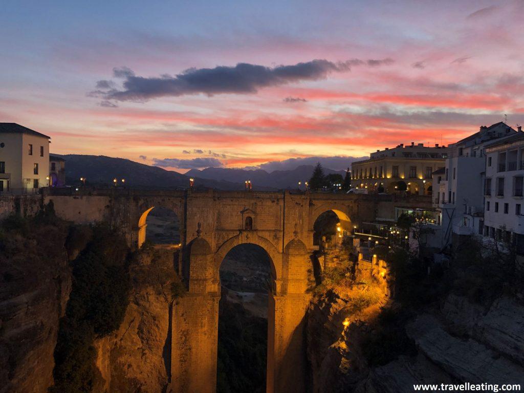 El espectacular puente Nuevo de Ronda, que une la zona antigua de la nueva de uno de los considerados como los pueblos más bonitos de Andalucía, al atardecer.