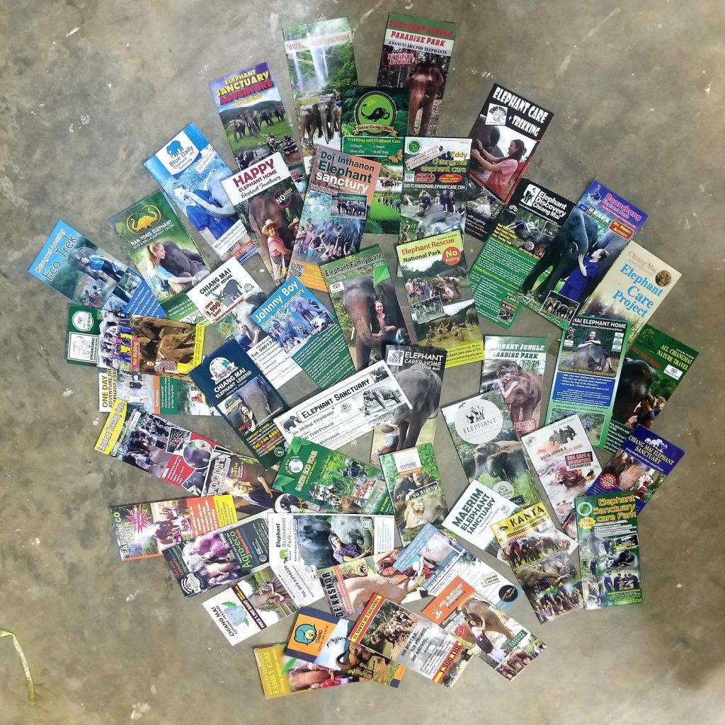 Decenas de folletos repartidos por el suelo que anuncian con fotos los centros que mantienen elefantes cautivos. viajar a Tailandia informado es esencial.