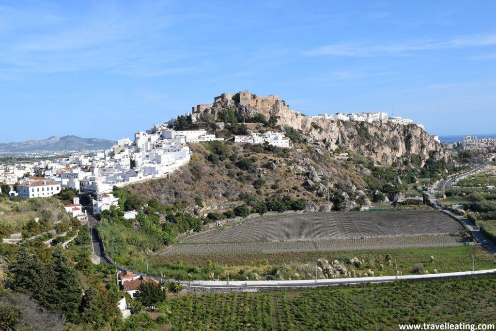 Salobreña es un precioso pueblo de costa construido sobre una colina y coronado por los restos de un antiguo castillo árabe.