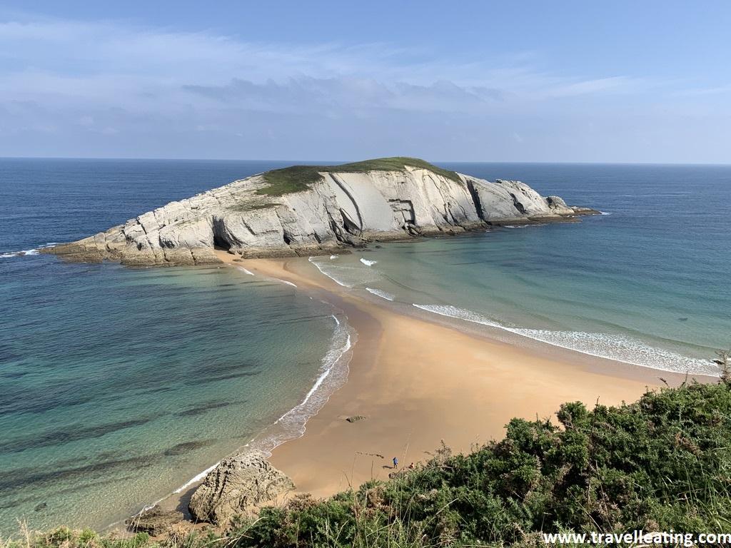 Isla unida por una lengua de arena a la tierra y rodeada de aguas turquesas. Una de las playas imprescindibles de ver en Cantabria.