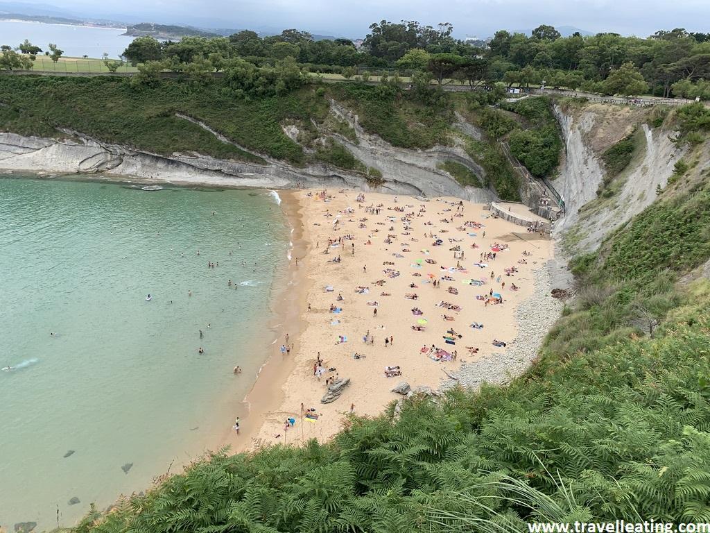 Pequeña playa muy salvaje y virgen situada entre dos acantilados y rodeada de vegetación.