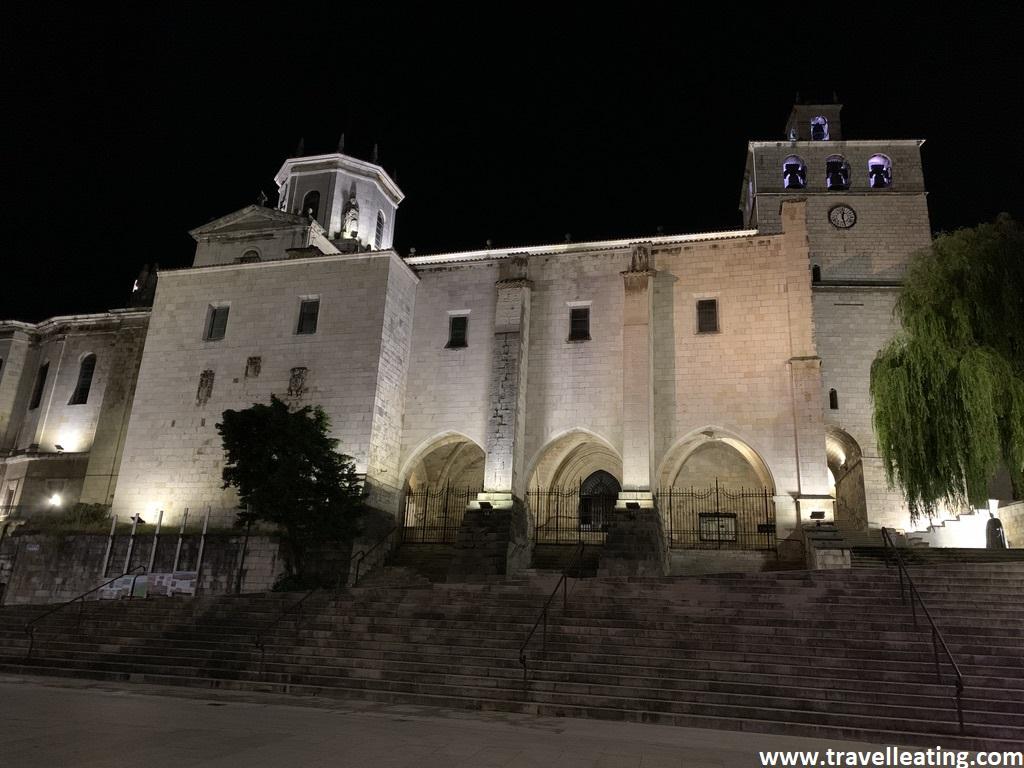 Edificio religioso grande iluminado bajo el cielo oscuro de la noche. Se trata de la Catedral de Santander, otro de los imprescindibles de la ciudad.