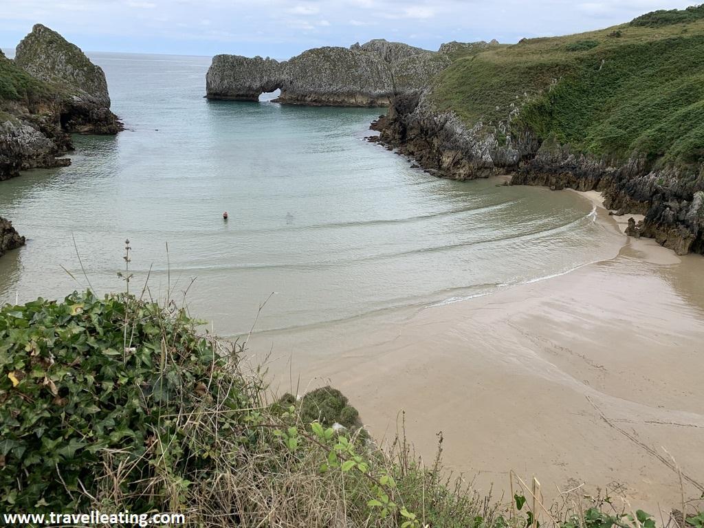 Playa virgen y salvaje rodeada de piedras y acantilados que prácticamente la cierran.