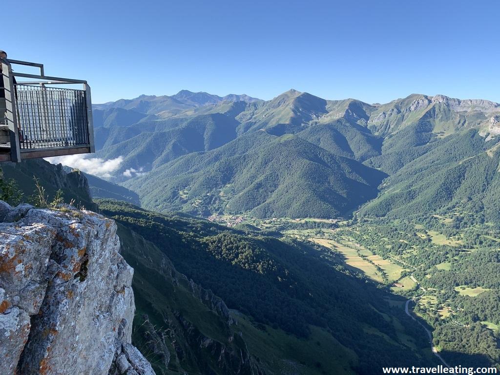 Balcón situado en el mirador de Fuente Dé, con vistas espectaculares a los Picos de Europa. Una de las mejores cosas que hacer en Liébana