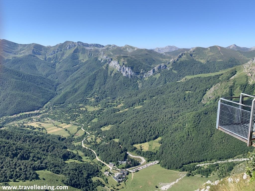 Mirador en forma de balcón suspendido en el aire, situado frente a un espectacular paisaje de montaña. Fuente Dé es otro de los imprescindibles de Cantabria.