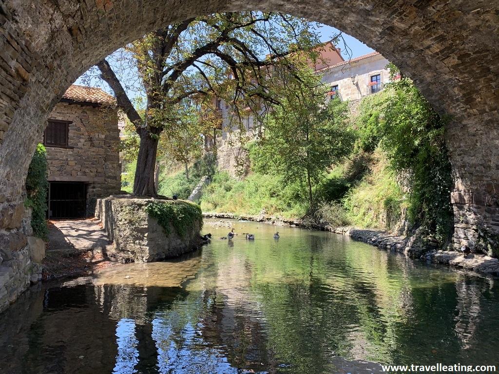 Puente de piedra sobre uno de los ríos que atraviesa Potes, una de las mejores cosas que ver en Liébana.