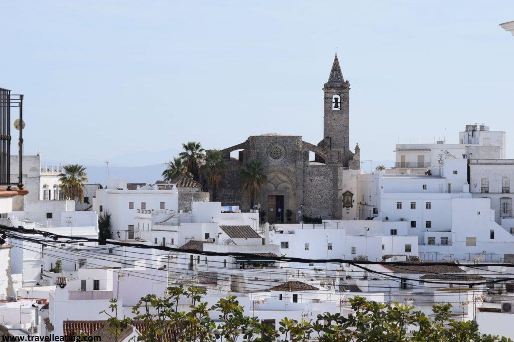 Precioso pueblo blanco del centro del cual sobresale la imagen imperiosa de una gran iglesia de piedra.