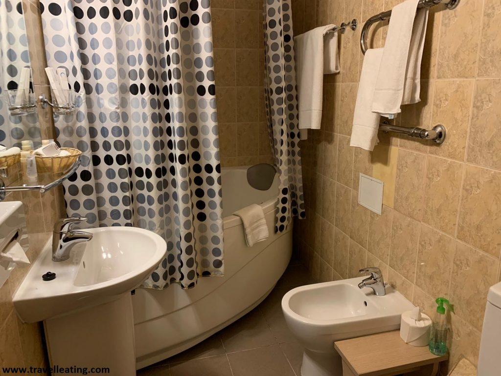Baño con bañera de hidromasaje del Hotel Monte Kristo de Riga.