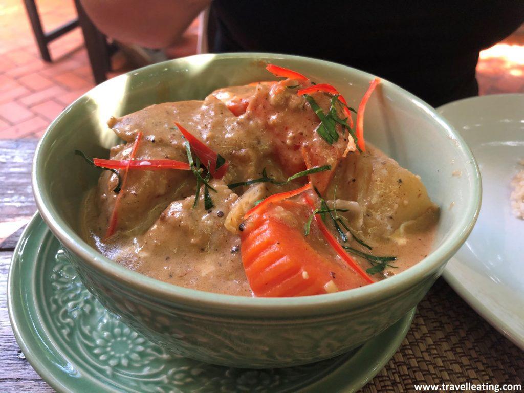 Bol de massaman curry, hecho a base de verduras (zanahoria, patata y cebolla). La salsa muestra un color rojizo. Un plato popular de la gastronomía tailandesa.