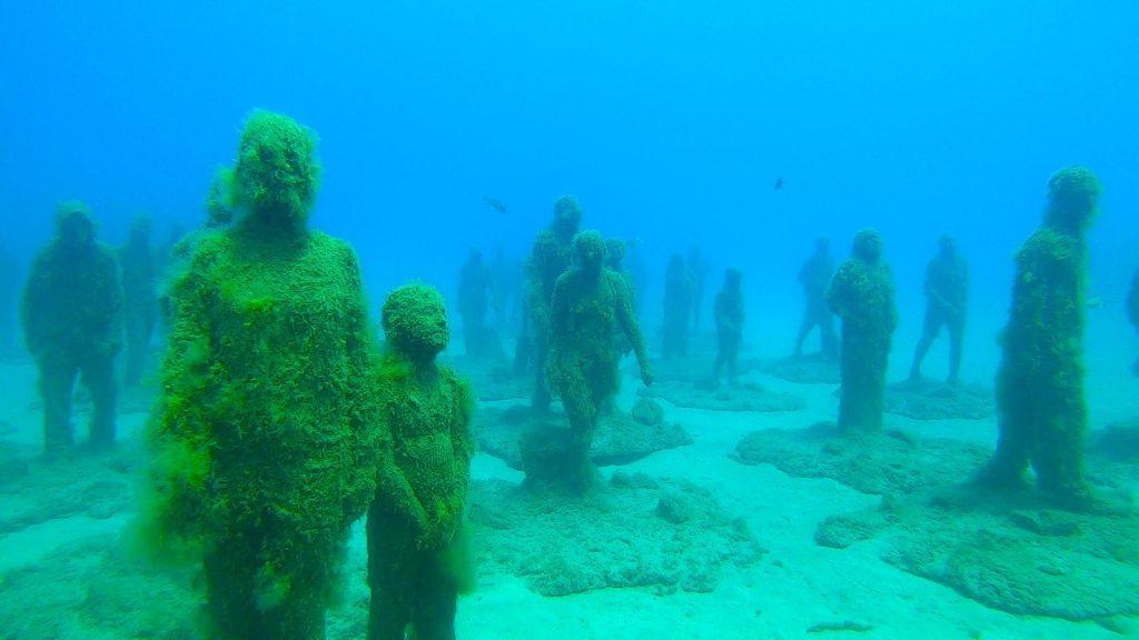 Esculturas de unos caminantes bajo el mar en el Museo Atlántico de Lanzarote, uno de los lugares que ver en la isla.
