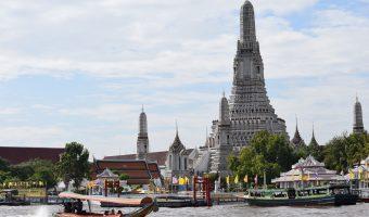 Barca tradicional en el Río Phraya con la imagen del templo Wat Arun detrás.